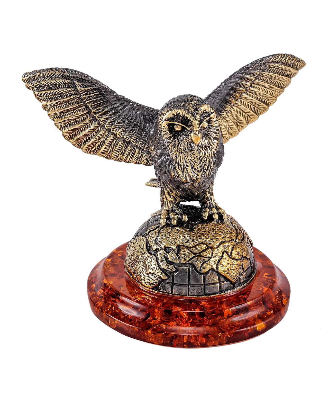 Птица Сова Хэдвиг на земном шаре 1822