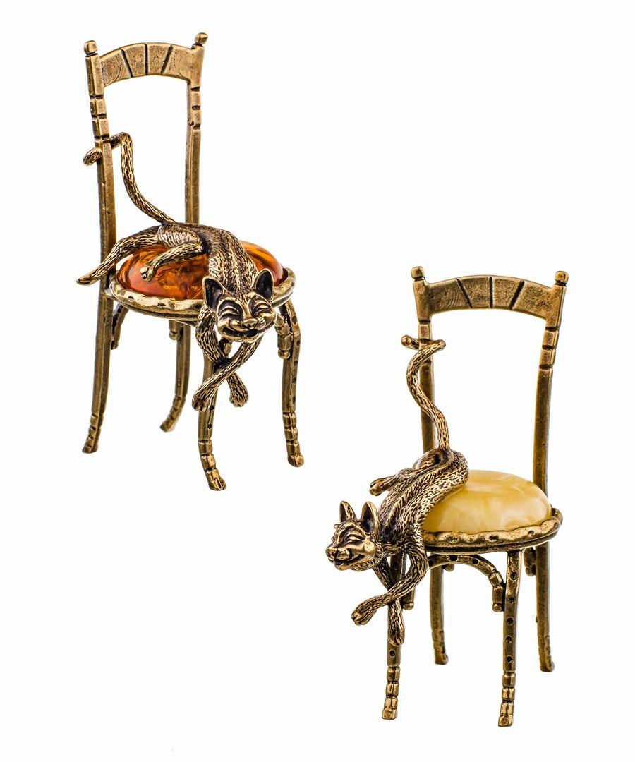 Кот на стуле лежит 473
