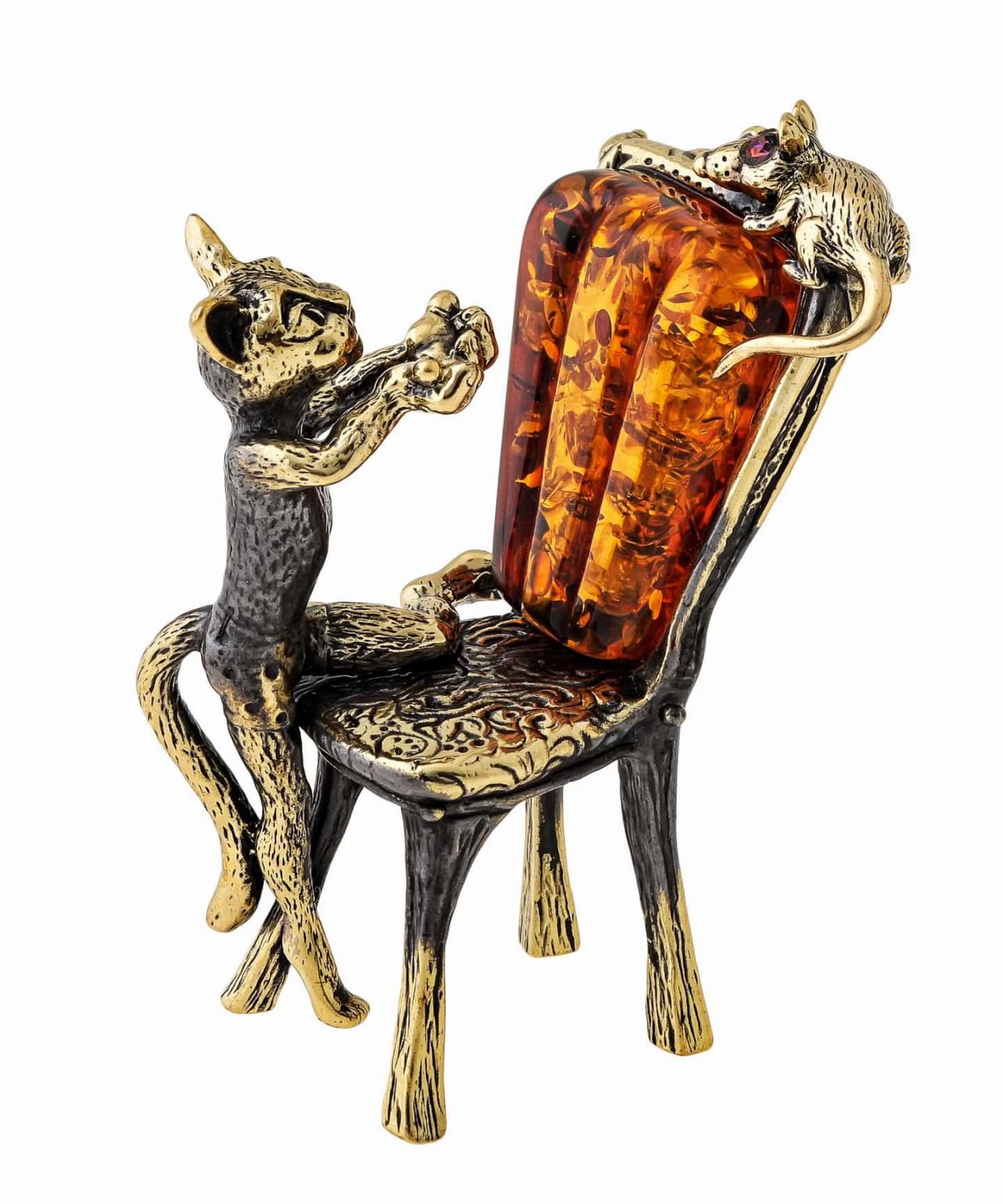 Кот на стуле ловит мышку 1442
