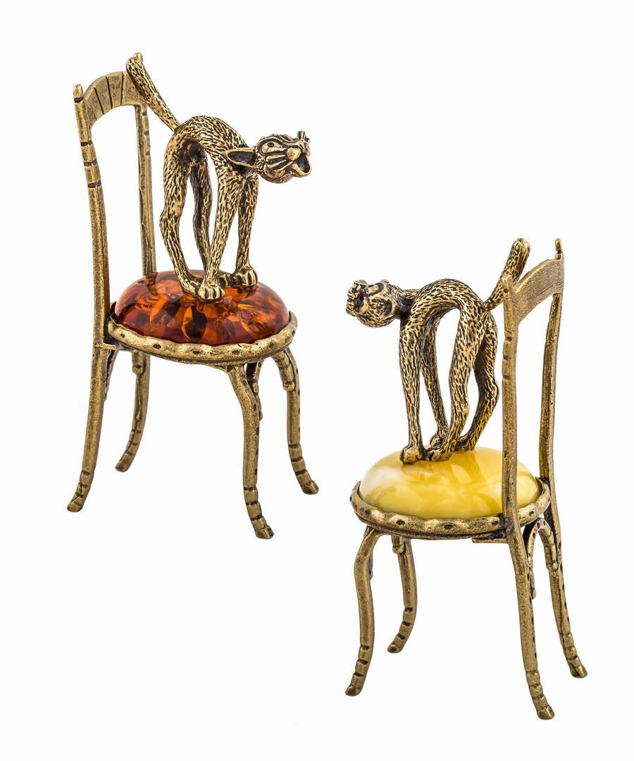 Кот на стуле стоит 472